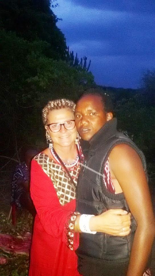 un masai e un'italiana nella savana della Tanzania