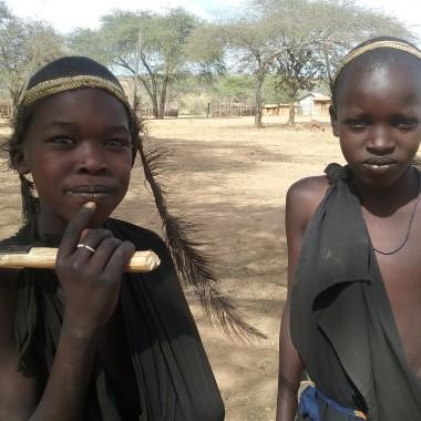 Piccoli maasai diventano uomini in questa giornata di festeggiamenti in occasione della loro circoncisione