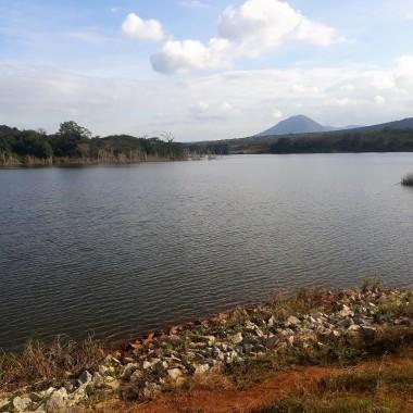 lago sconosciuto in savana