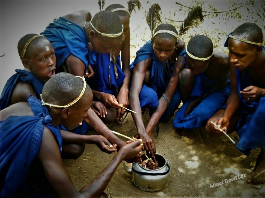 Ragazzi maasai festeggiando il giorno della circoncisione, sono diventati grandi.