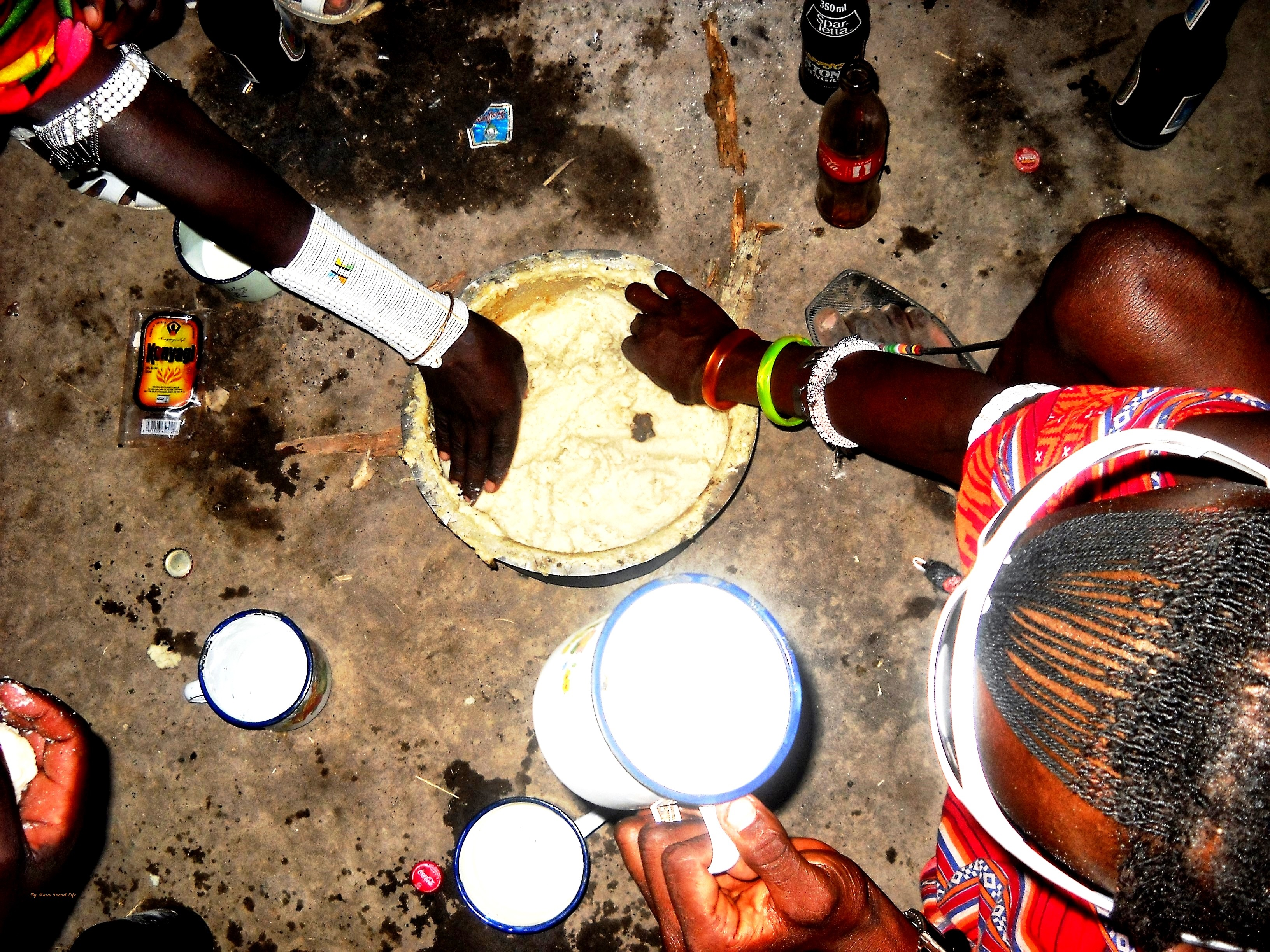 """Un tradizionale pasto masai oggi consiste di """"ugali"""" (che in lingua maasai significa polenta bianca), fatta di farina di mais bianco, mangiata con latte e verdure o anche da sola in mancanza di altro. Verdure comuni qui sono patate, carote, peperoni, cavoli, pomodori, spinaci e fagioli. Di solito sono fritti in olio con qualche cipolla bruciata e poi cotti in una spruzzata di latte."""