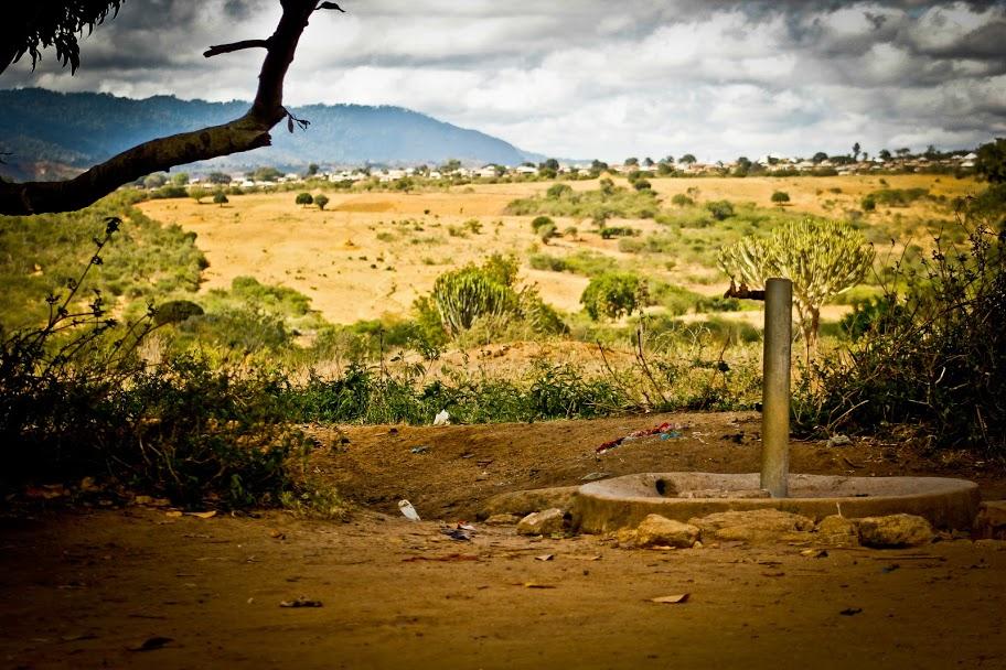 Un pozzo con rubinetto in savana